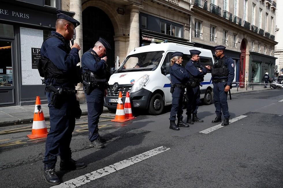 مهاجم يطعن عناصر الشرطة في باريس