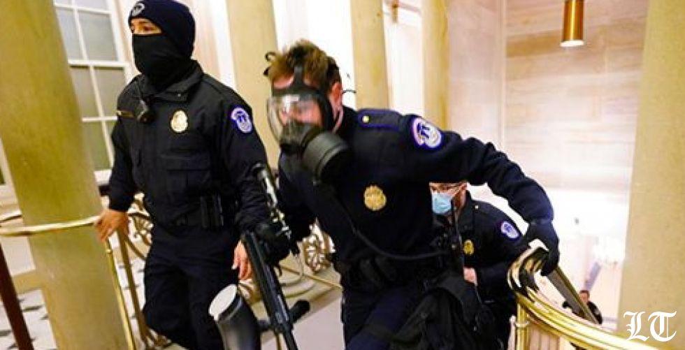 شرطة الكابيتول تدافع عنه بالأسلحة والغاز