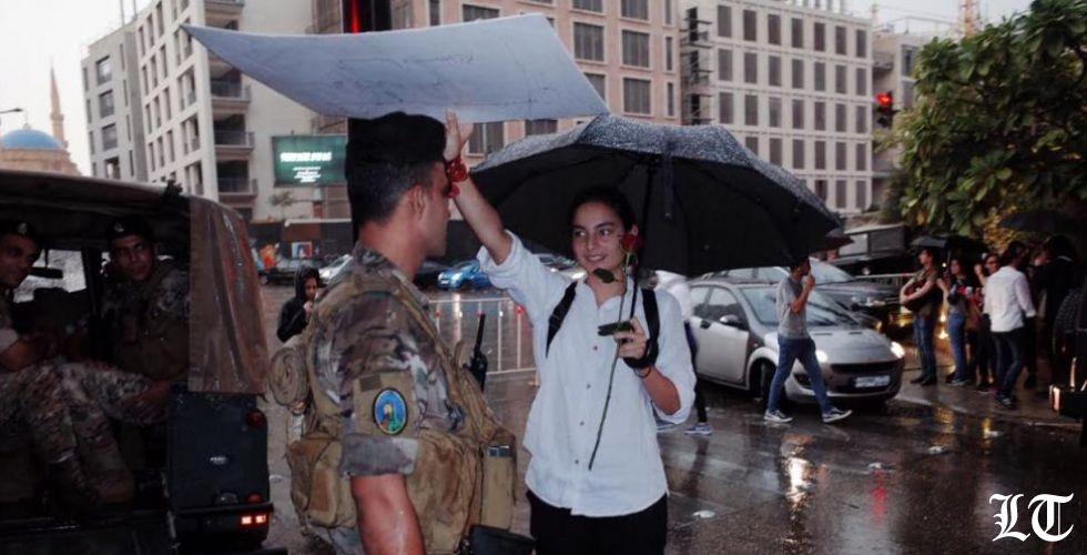 حين تحمي ابنتي جنديا من هطل المطر
