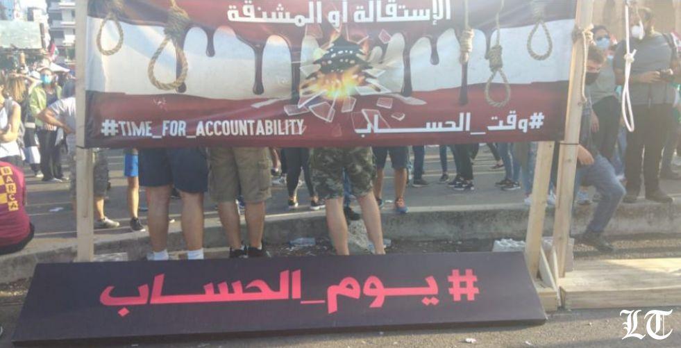 القنابل المسيلة للدموع تدفع عددا من المحتجين للتراجع