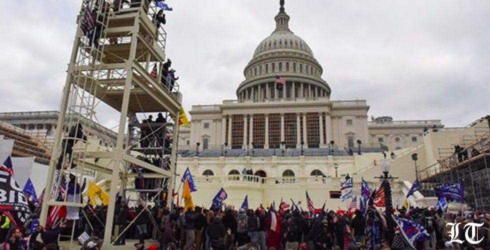 الفوضى في واشنطن ومؤيدو ترامب يقتحمون مبنى الكابيتول والشرطة تحاول إخراجهم