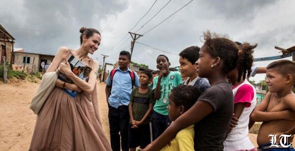 أنجلينا جولي تُسقط شائعات مرضها الشديد وتظهر بين أطفال فنزويلا