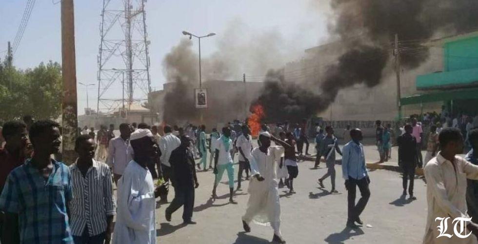 """السودانيون يصرخون""""حرية، فليسقط وبس""""فهل ينهار حكم البشير؟"""