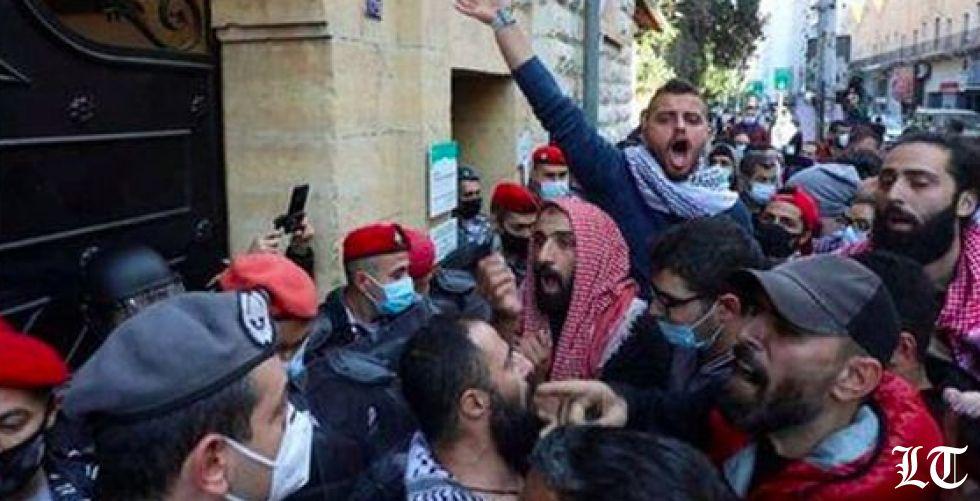 رويترز عن طلاب لبنانيين: أزمة العملة تضع الرسوم الدراسية في خانة المستحيل