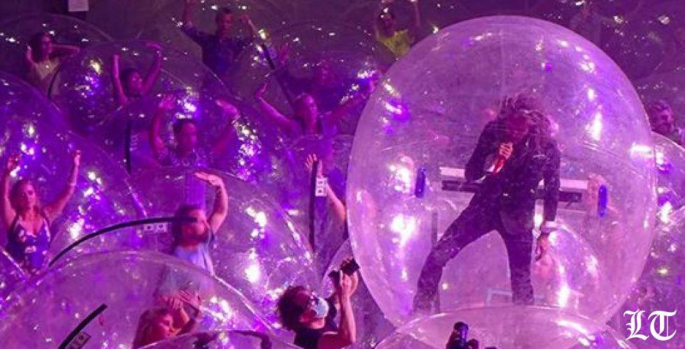 عرض الفقاعات البلاستيكية كنموذج للحفلات الموسيقية في زمن كورونا