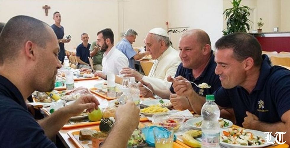 البابا فرنسيس يأكل مع الفقراء